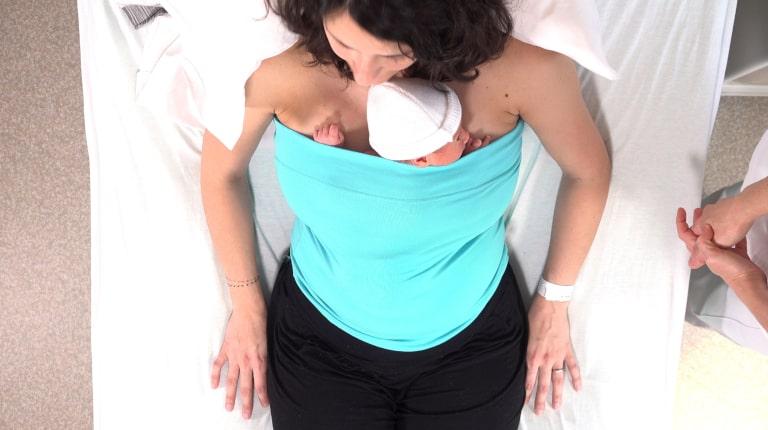 Le peau à peau : une pratique bénéfique pour bébé et maman !