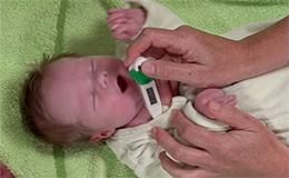 Savoir prendre la T° de bébé sous le bras